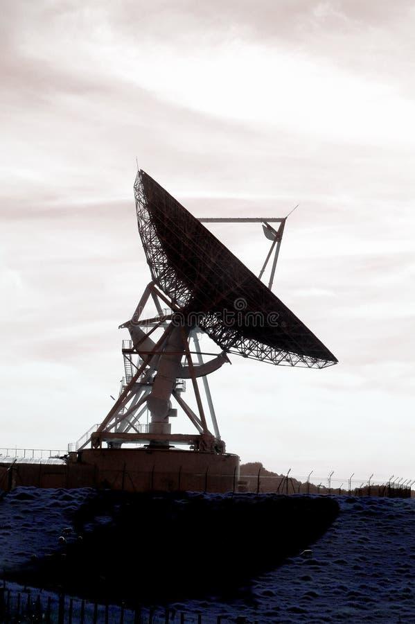Antenne parabolique contre éclairée photos stock