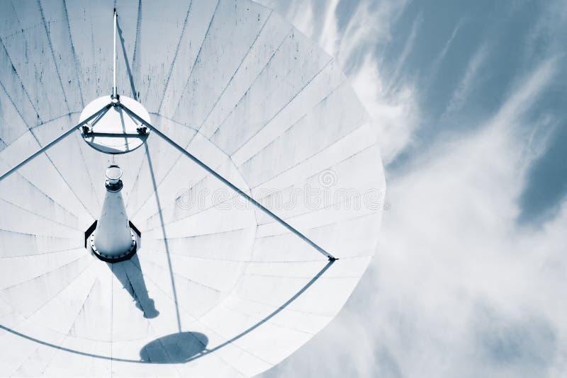 Antenne parabolique contre un ciel nuageux bleu. photo stock