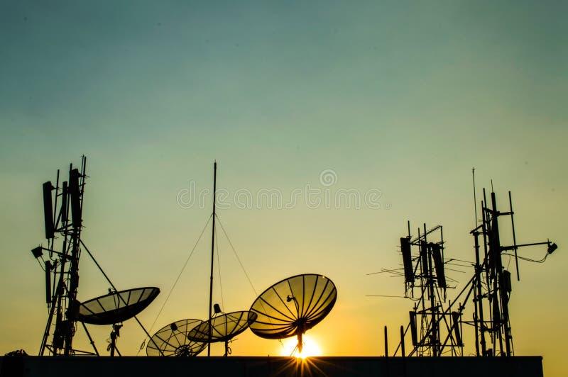 Antenne parabolique et tour de communication. photos stock
