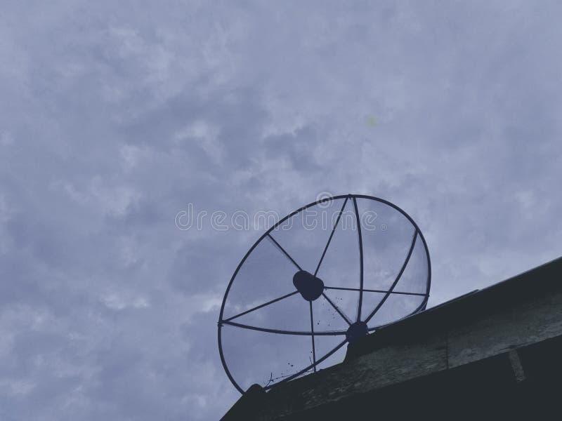Antenne parabolique pour recevoir des signaux sur le toit photographie stock