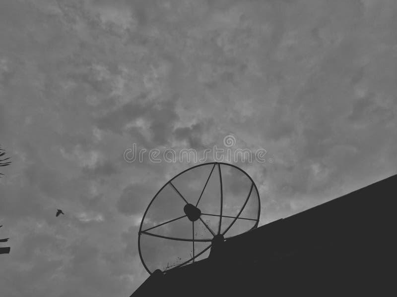 Antenne parabolique pour recevoir des signaux sur le toit photos stock