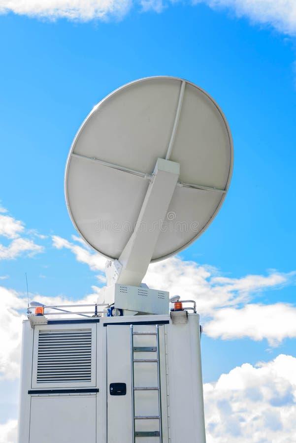 Antenne parabolique sur DSNG mobile sur le ciel bleu image libre de droits