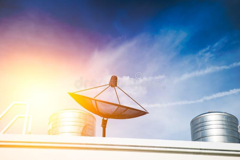 Antenne parabolique sur le dessus de toit, technologie des communications de TV image stock