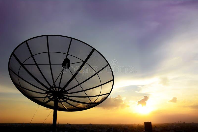 Antenne parabolique sur le fond de ciel de twlight photos libres de droits