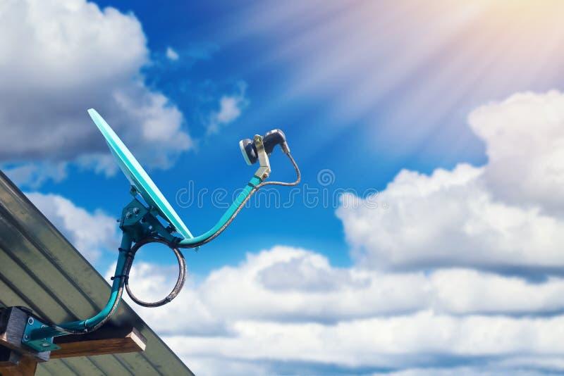 Antenne parabolique sur le toit de maison avec le ciel bleu image stock