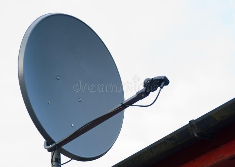 Antenne parabolique sur un toit de maison. photo libre de droits