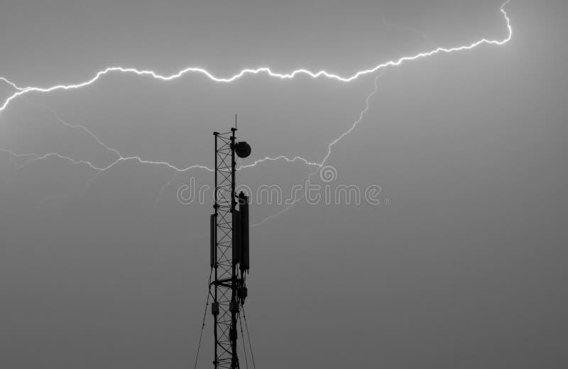 Antenne pour un cellulaire sous un coup de foudre photo libre de droits