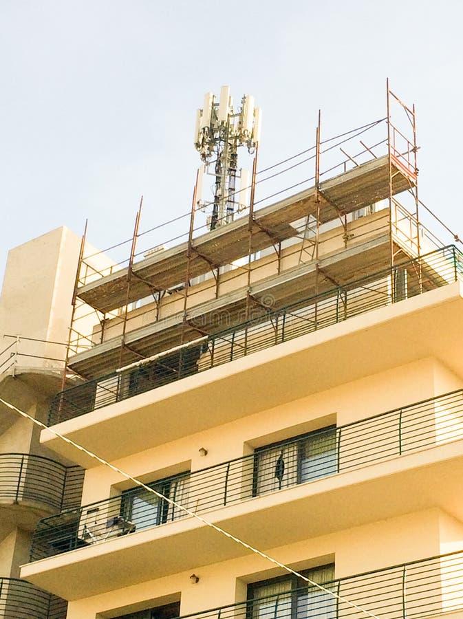 Antenne senza fili per i telefoni cellulari sopra una casa immagine stock libera da diritti