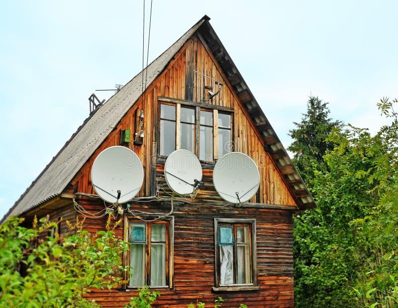 Antenne su una parete di vecchia casa di legno immagini stock libere da diritti