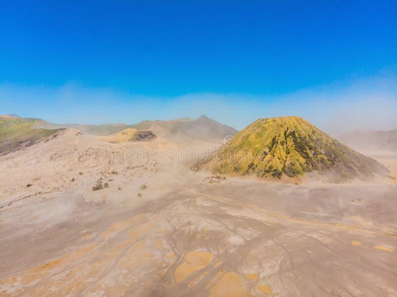 Antenne van de Bromo-vulkaan en Batok-vulkaan bij het Nationale Park van Bromo Tengger Semeru op Java Island, Indonesië wordt ges royalty-vrije stock afbeelding