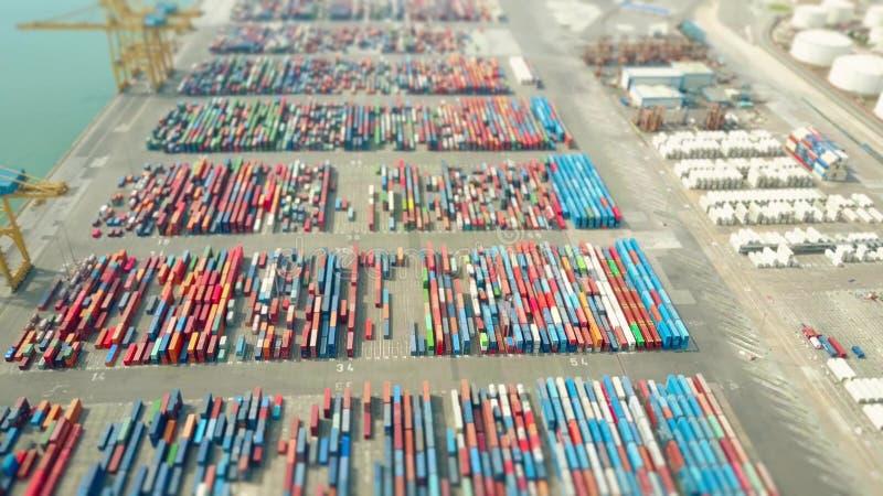 Antenne van de grote werf van de havencontainer, schuine stand-verschuiving ondiep nadrukeffect wordt geschoten dat De uitvoer, d royalty-vrije stock foto