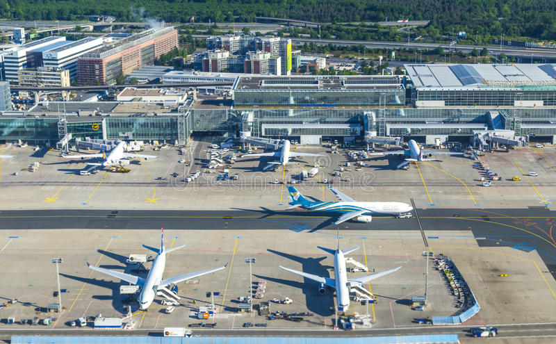 Antenne van de Internationale Luchthaven van Frankfurt stock afbeelding