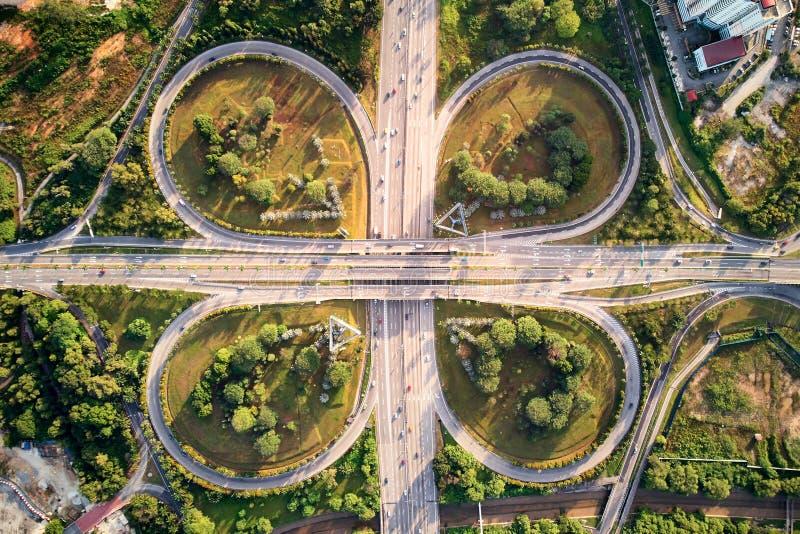 Antenne van een autosnelweg met klaverbladpatroon dat wordt geschoten royalty-vrije stock foto's