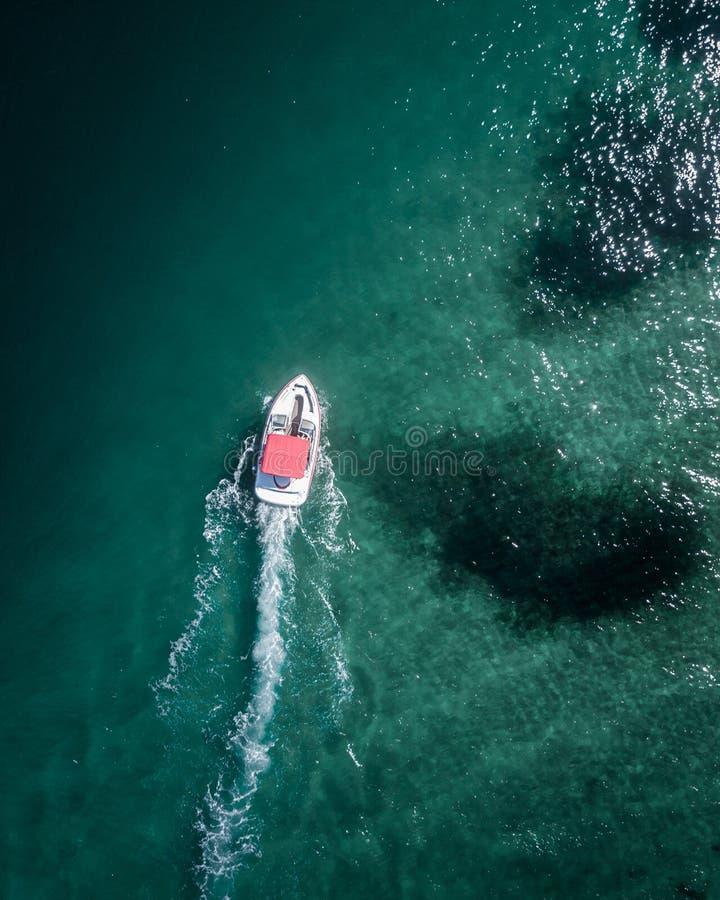 Antenne van een motorboot wordt geschoten die zich vooruit in het overzees bewegen die royalty-vrije stock foto's