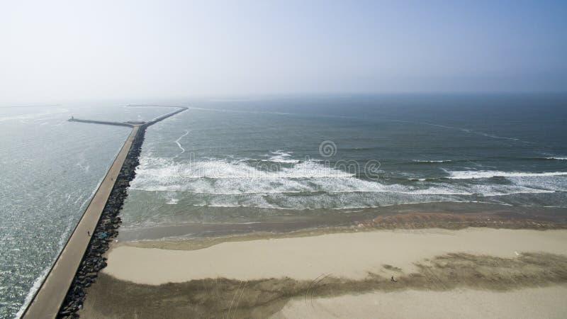 Antenne van een strand in Holland stock afbeelding