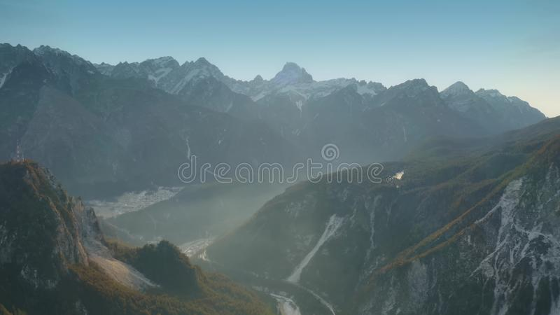 Antenne van een wazige sneeuwvallei in noordelijke bergen van Italië wordt geschoten dat royalty-vrije stock afbeeldingen