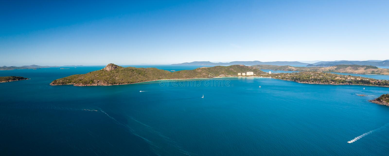 Antenne van Hamilton Island Resort Whitsundays, varende boten op het water royalty-vrije stock foto's