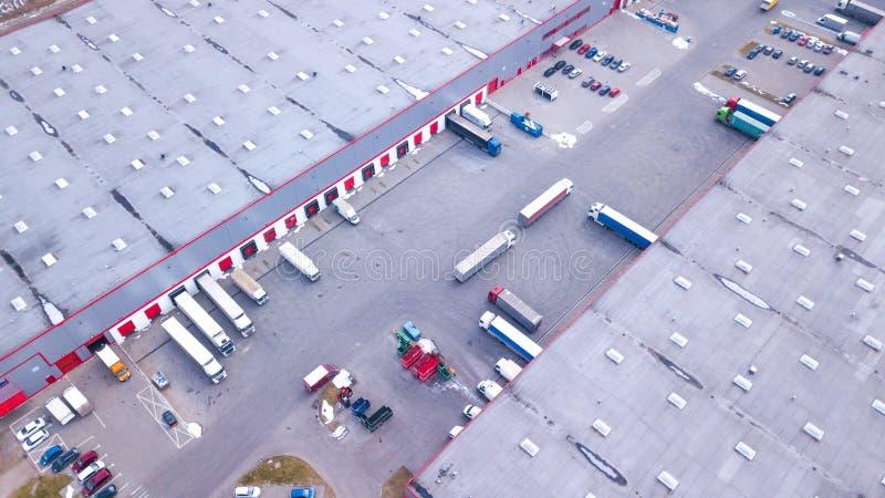 Antenne van het Industri?le Dok wordt geschoten van de Pakhuislading waar velen Vrachtwagen met Semi Aanhangwagens Koopwaar die l stock afbeeldingen