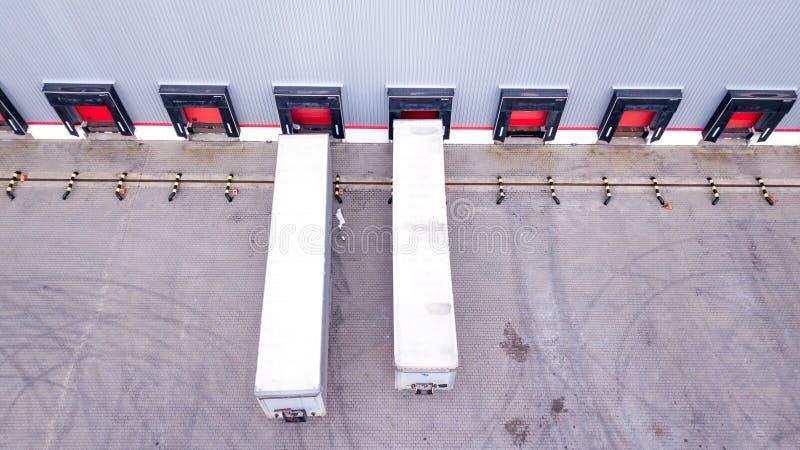 Antenne van het Industri?le Dok wordt geschoten van de Pakhuislading waar velen Vrachtwagen met Semi Aanhangwagens Koopwaar die l royalty-vrije stock foto's