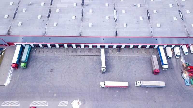 Antenne van het Industri?le Dok wordt geschoten van de Pakhuislading waar velen Vrachtwagen met Semi Aanhangwagens Koopwaar die l stock afbeelding