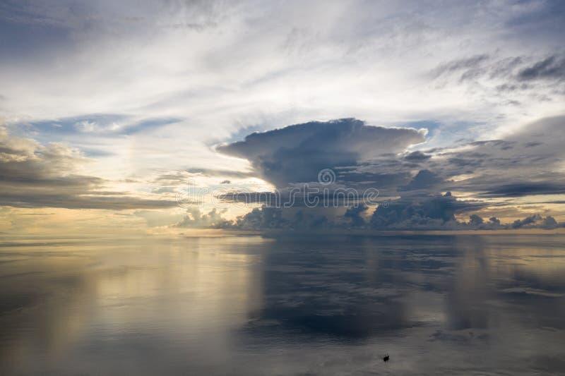 Antenne van Kalme Overzees bij Zonsopgang in Raja Ampat stock afbeeldingen