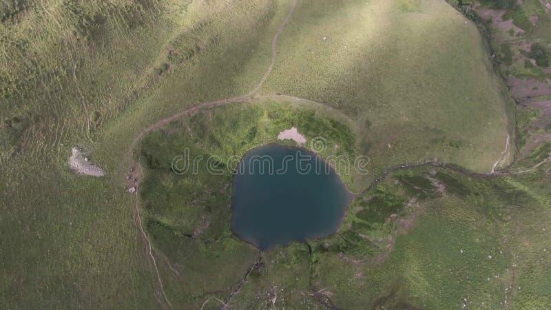 Antenne van meer in de bergen Arkhyz Rusland van de Kaukasus van de de lentevallei royalty-vrije stock afbeeldingen