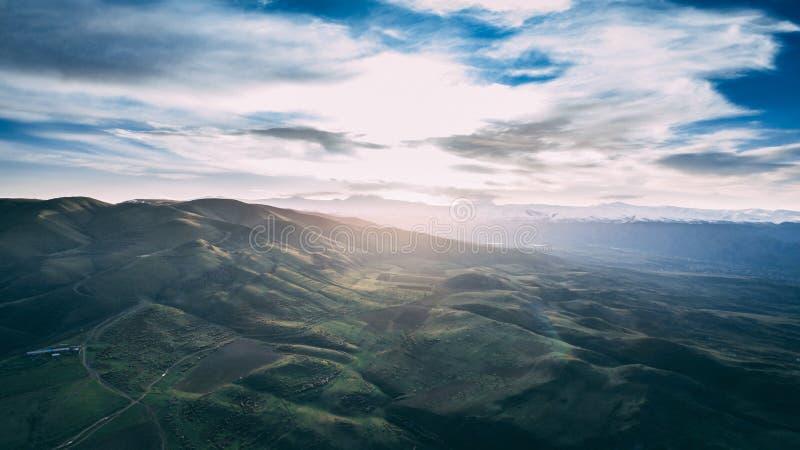 Antenne van mooie groene land en heuvels van Armeni? met verbazende bewolkte hemel wordt geschoten die royalty-vrije stock foto's