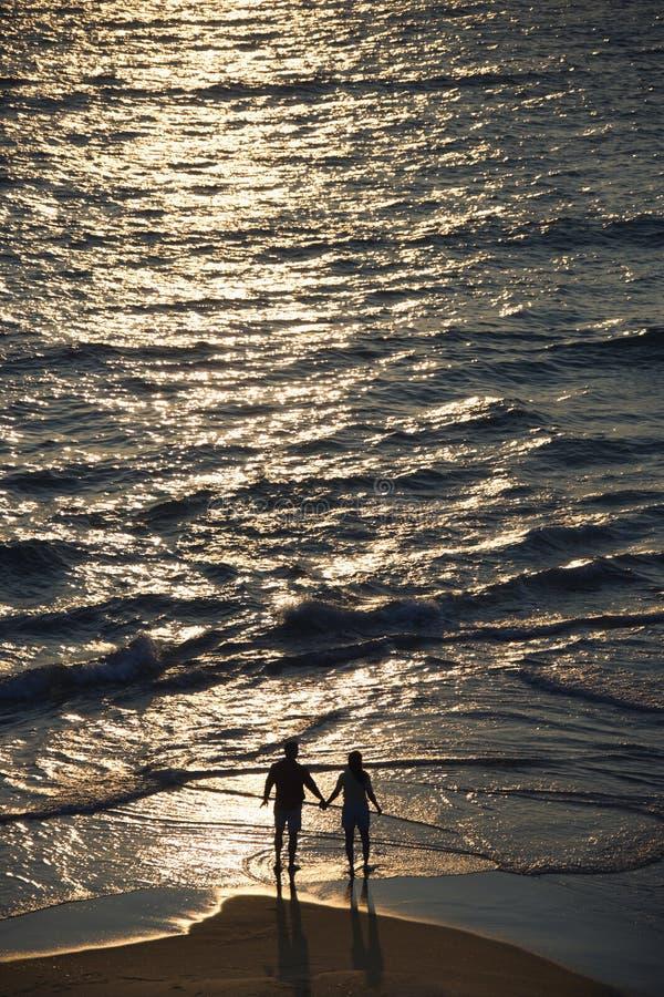 Antenne van paar op strand. royalty-vrije stock afbeelding