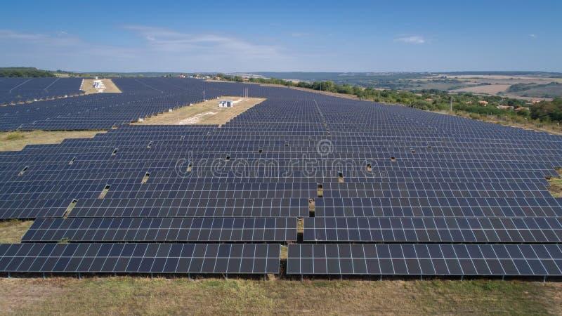 Antenne van photovoltaic zonnelandbouwbedrijf wordt geschoten dat Zonnelandbouwbedrijfkrachtcentrale van hierboven Ecologische du stock afbeeldingen