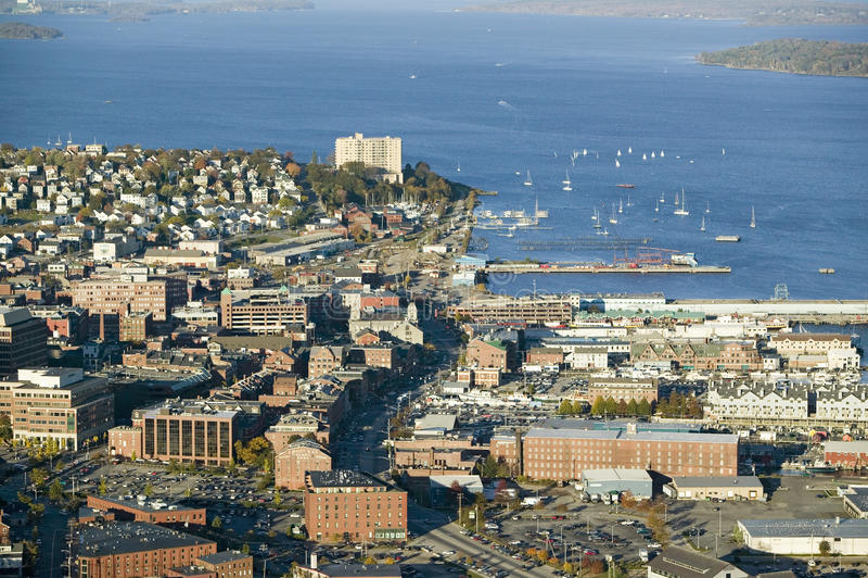 Antenne van Portland van de binnenstad, Maine die Maine Medical Center, Commerciële straat, Oude Haven en Achterbaai tonen royalty-vrije stock foto's