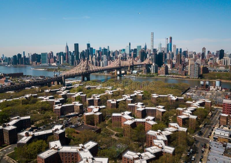 Antenne van Queensborough-brug en Manhattan van de binnenstad royalty-vrije stock afbeelding
