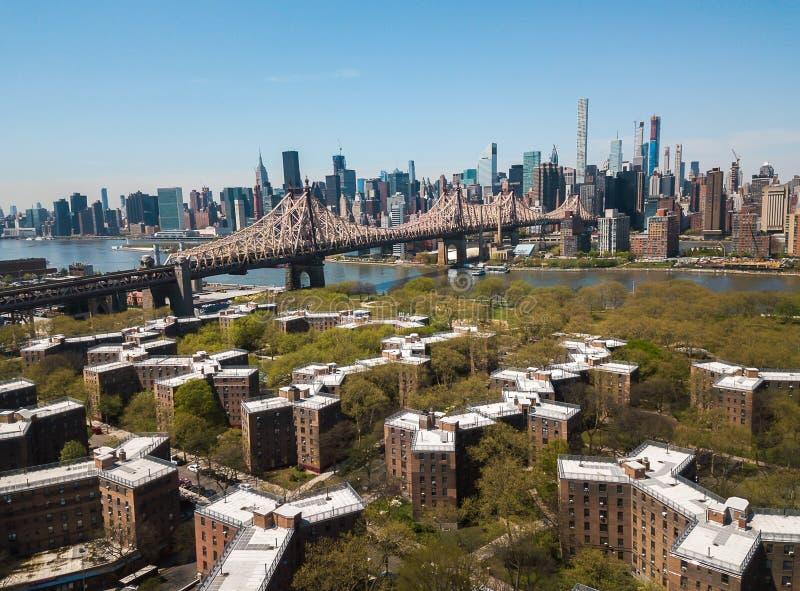 Antenne van Queensborough-brug en Manhattan van de binnenstad stock foto