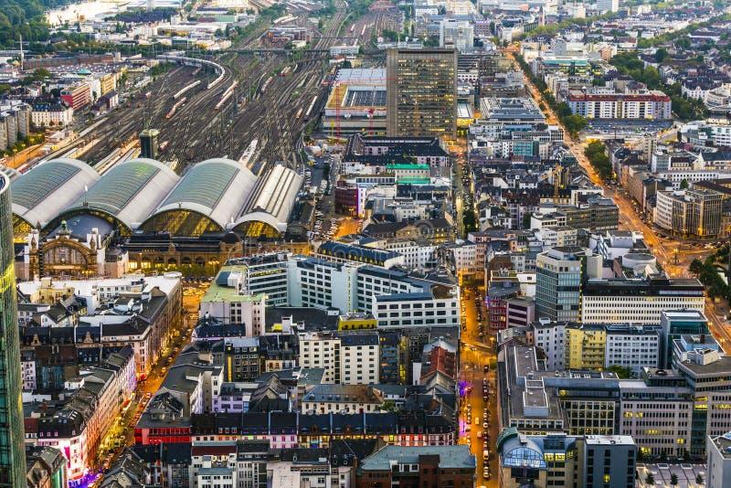 Antenne van 's nachts Frankfurt stock afbeeldingen