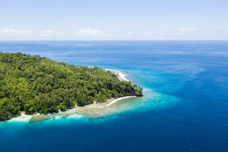 Antenne van Tropische Eiland en Oceaan in Papoea-Nieuw-Guinea royalty-vrije stock foto
