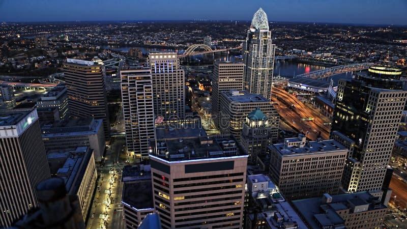 Antenne von Cincinnati, Ohio nach Einbruch der Dunkelheit lizenzfreies stockbild
