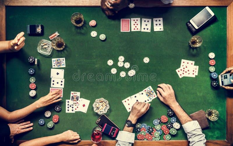 Antenne von den Leuten, die Glücksspiel im Kasino spielen stockbild