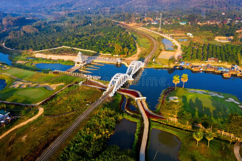 Antenne von Eisenbahnbrücke Thachomphu oder von weißer Brücke in Lamphun, Thailand stockfoto