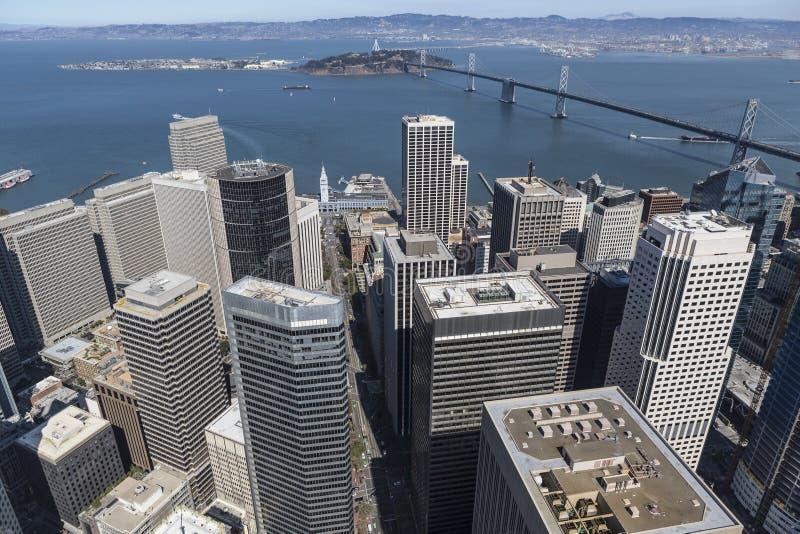 Antenne von im Stadtzentrum gelegenem San Francisco und die Bucht-Brücke nach Oakland stockfotos