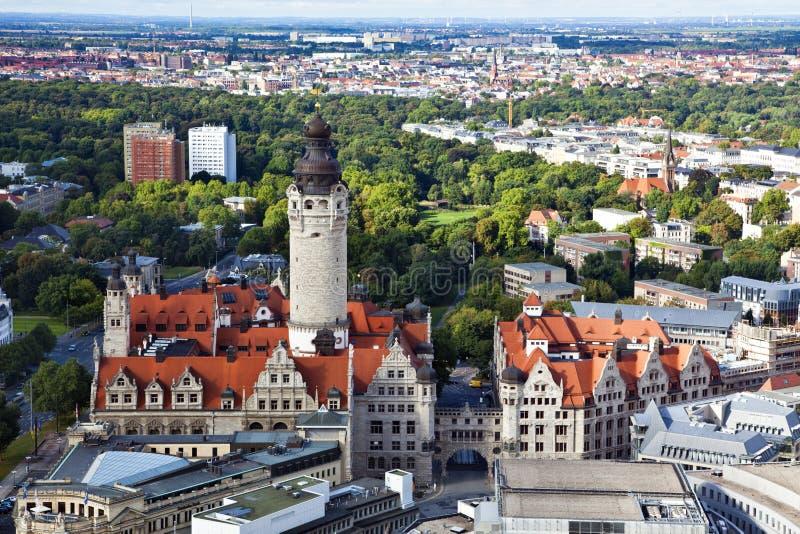 Antenne von Leipzig mit neuem townhall und Johannapark lizenzfreie stockfotos