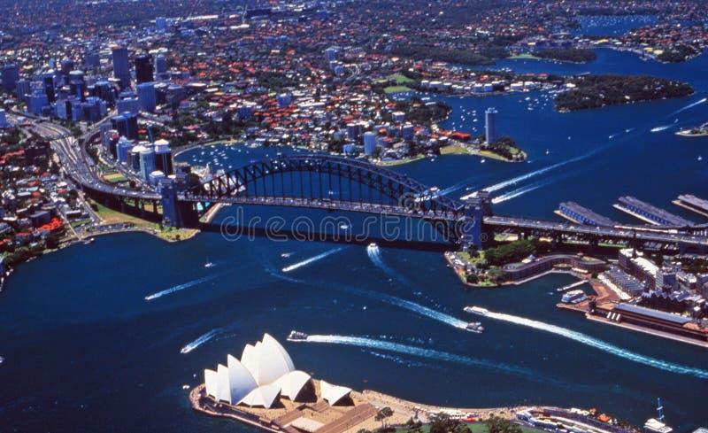 Antenne von Sydney-Hafen mit der Oper stockbilder
