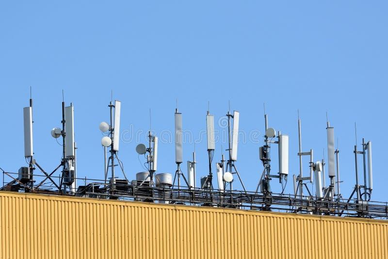 Antenne voor de mededeling van de celtelefoon over een ijzerdak royalty-vrije stock afbeeldingen