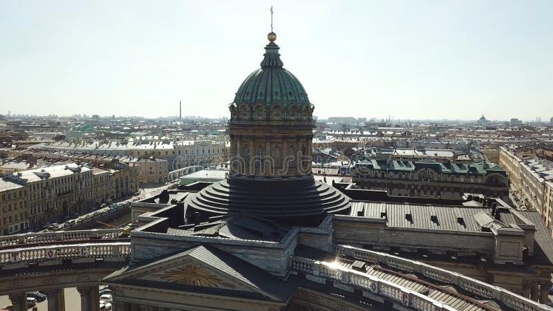 Antenne voor verbazende cityscape van de Kazan Kathedraal in Heilige Petersburg, Rusland Koepel en kolommen van mooie Kazan royalty-vrije stock foto's