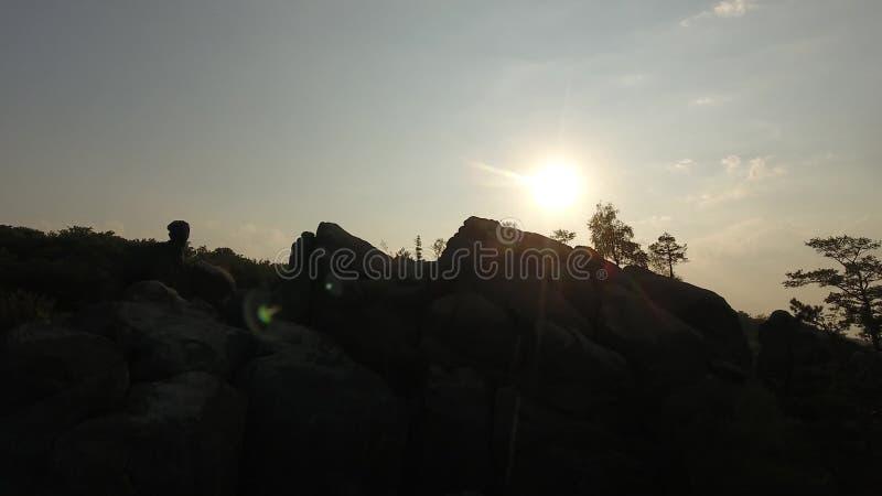 Antennen över bergen vaggar antennfilmkonst för soluppgång Dovbysh/ stock video