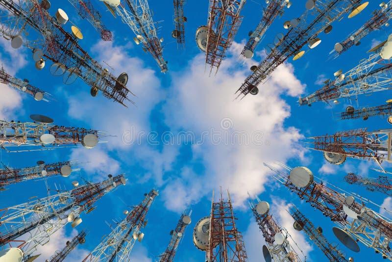Antennen av det cell- mobiltelefon- och kommunikationssystemet står högt wi arkivfoton