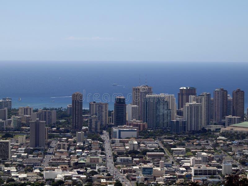 Antennen av Honolulu, Waikiki, byggnader, parkerar, hotell och andelsfastigheten arkivbild