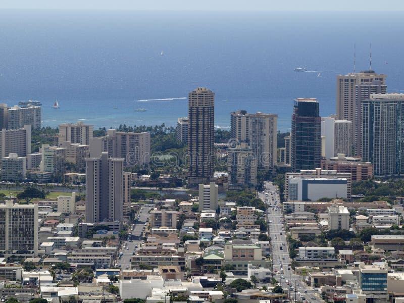 Antennen av Honolulu, Waikiki, byggnader, parkerar, hotell och andelsfastigheter royaltyfria bilder