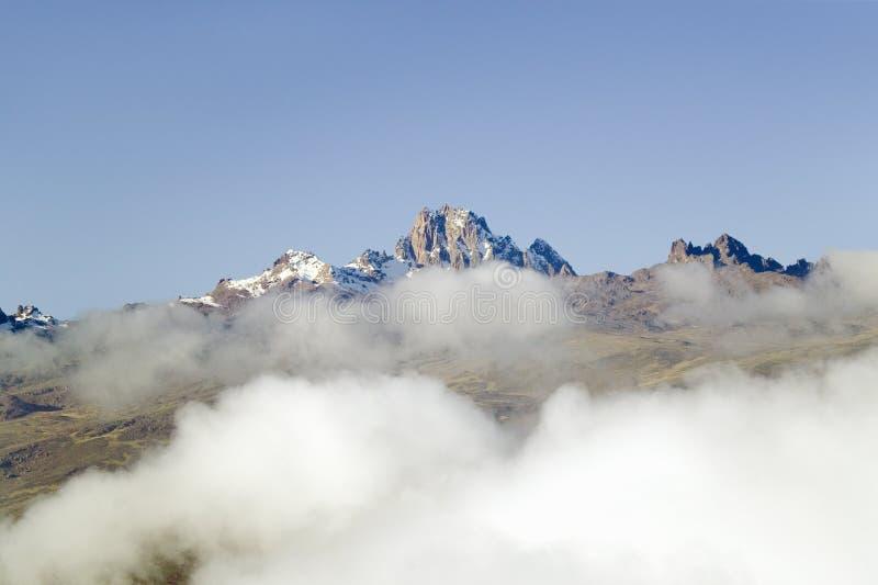 Antennen av Mount Kenya, Afrika med snö och vita pösiga moln i Januari, det andra högsta berget på 17.058 fot eller 5199 Mete fotografering för bildbyråer