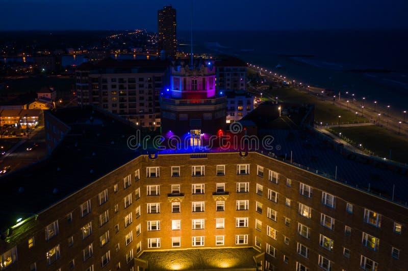 Antennen av solnedgången i Asbury parkerar med hotellet arkivbild