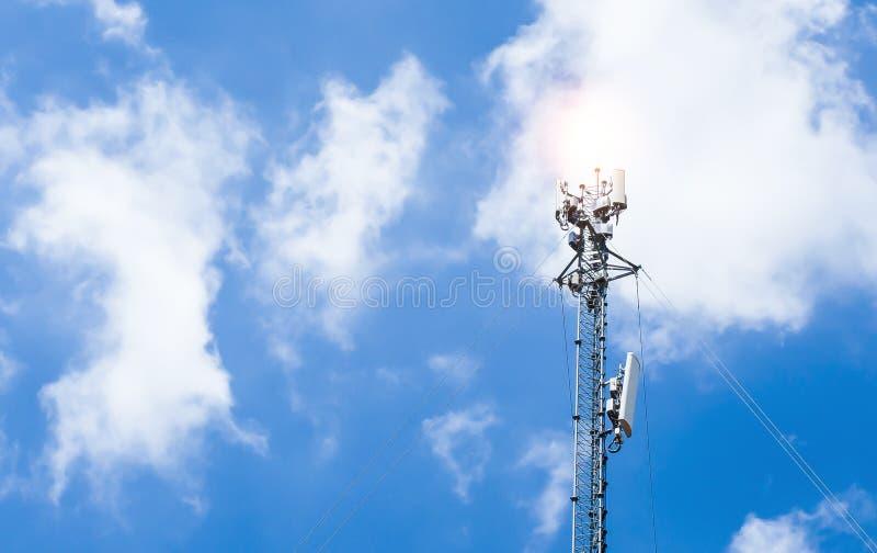 Antennen av telekommunikationapparaten mot himmelbakgrunden royaltyfri bild