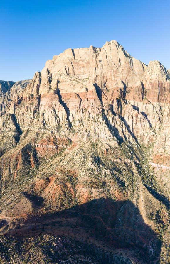 Antennen av ursnygga berg i rött vaggar kanjonen, Nevada arkivfoton